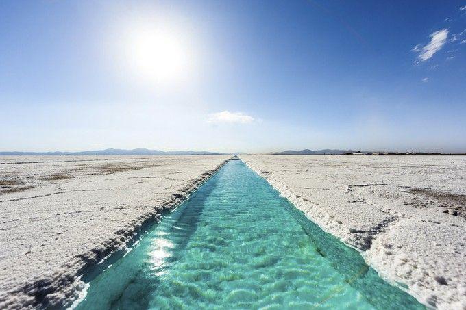 ウユニに負けない美しい光景が広がる「サリーナス・グランデス」。青みがかった美しい水は全て雨水で、1年ほどかけて塩の結晶がつくられるそう。