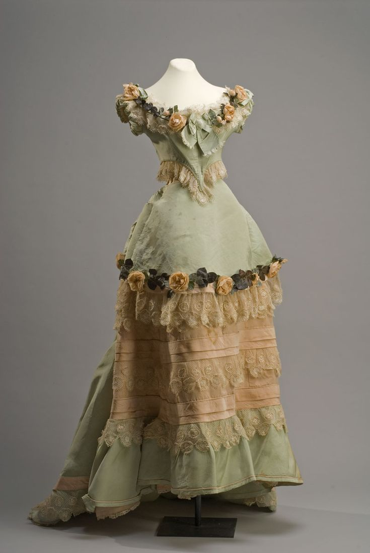 Vestido de noche Madame Louis (3 Rue Echélle, París) Siglo XIX Costura mixta, seda 207x145 cm. Colección Museo de Historia Mexicana