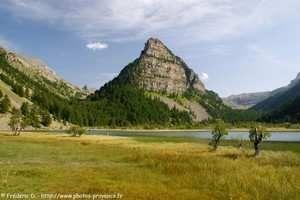 Le lac des Sagnes, dans la vallée de l'Ubaye, depuis le col de la Bonette.
