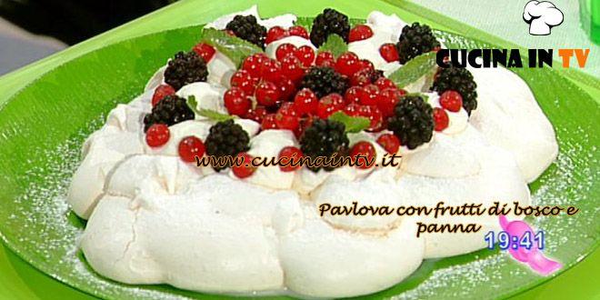 Pavlova con frutti di bosco e panna ricetta Dolci dopo il Tiggì | Cucina in tv