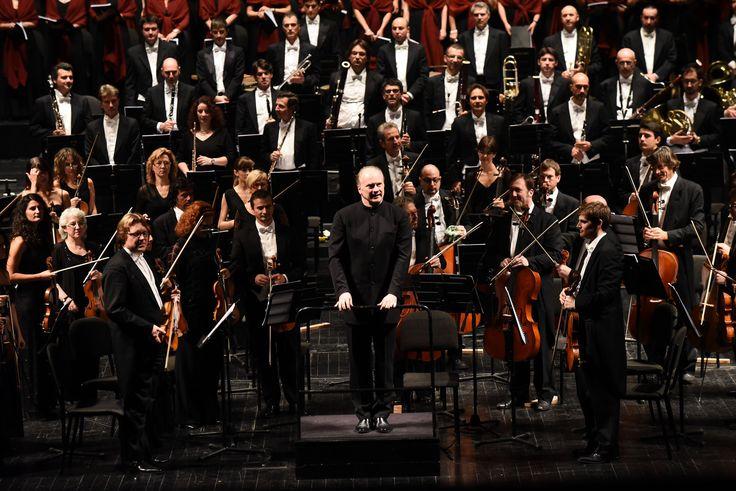 Orchestra e Coro del Teatro Regio di Torino diretti da Gianandrea Noseda (foto Roberto Ricci)