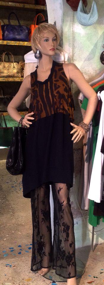 Nuovo vestito bicolore da Salamastra in maglina e seta.  Qui abbinato con pantaloni in pizzo e borsa secchiello in vera pelle di salmone con trattamento nero lucido.