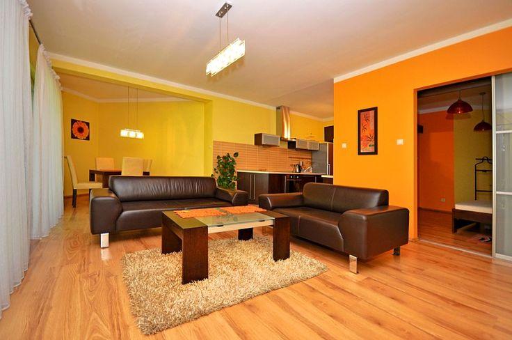 Dwupokojowe mieszkanie usytuowane w trzykondygnacyjnym kamerlanym kompleksie mieszkalnym - Osiedlu Pastelowym w Katowicach. Wyraziste kolory ścian nadają wnętrzu domowe ciepło, a skórzane, wysokiej jakości sofy w pokoju dziennym dodają niebanalny charakter.