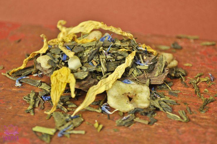 Sencha Soczysty Melon to zielona sencha z dodatkiem egzotycznych owoców (mango, banan, melon) oraz liści passiflory, kwiatków słonecznika i płatków bławatka, wzbogacona naturalnym aromatem. Herbata ma wyśmienity smak soczystych owoców i piękny, tropikalny aromat.  #herbata #tea #zdrowie #fitness #prezent