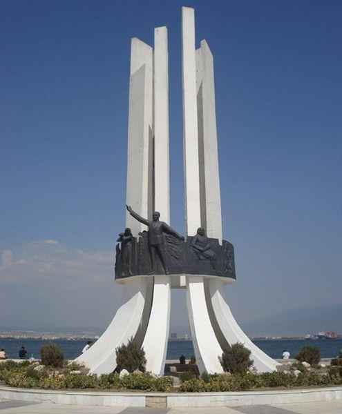 Ataturk_Aniti_Karsiyaka_Izmir