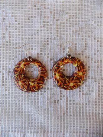 Boucles oreilles percées façon créoles réalisées par mes soins en pâte fimo aux couleurs de l'automne, finition vernis, agrémenté d'une perle couleur bronze sur anneau  l - 16045075