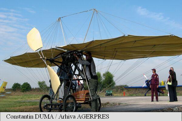 Prototipul avionului lui Traian Vuia, în fața Aeroportului Internațional din Timișoara