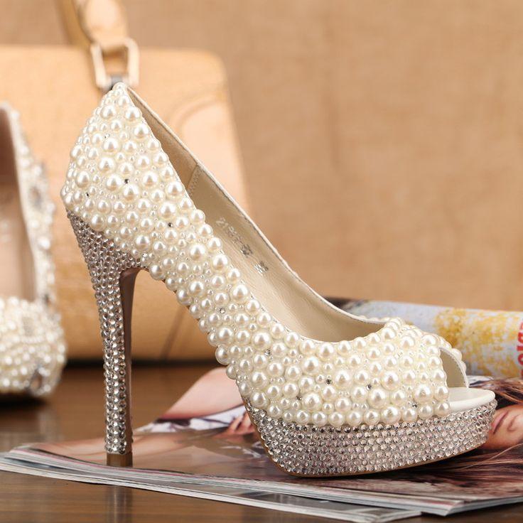 Customização de sapatos para NOIVAS E DEBUTANTES.      Trabalhamos com Glitter, perolas e strass. em sapatos novos ou se desejar,no seu usado.    Sapato todo de Glitter = R$ 180,00  Sapato todo de Perola = R$190,00  Sapato com perola e strass = R$ 210,00  Sapato todo de strass = R$ 250,00    Entr...