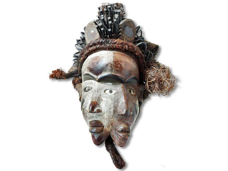 In diesem Angebot verkaufen wir eine zauberhafte Bakongo Ritualmaske. Diese herrliche Ritualmaske der Bakongo wurde aus Holz in liebevoller Handarbeit gestaltet und mit zwei Gesichtern und Glasaugen ausgestattet. Außerdem wurde die Bakongo Maske mit Farbpigmenten, Metallnägeln, Raffiafasern und Gewebe verziert. Dieser Maskentyp hat schützende Funktion gegen Hexen und Schadzauber. Jedes Gesicht hat auf der Stirn einen Kasten gefüllt mit Medizin, der mit einem Spiegel verschlossen ist. Diese…
