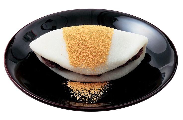 京都御苑の西に佇む和菓子の老舗「とらや」の喫茶。天井の高い広々とした店内は、伝統とモダンが調和した落ち着いた空間です。メニューは、羊羹や季節の生菓子といった「とらや」自慢の和菓子に加え、注文ごとに作る葛切り、和三盆仕立てのおしるこなど、上質な素材を使ったここならではの甘味を用意。また、抹茶あんみつや柚子あんみつなど、京都一条店だけの季節限定メニューも見逃せません。