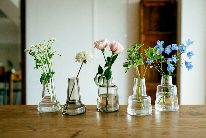 フローラを5つ、色や形もさまざまに ひとつの花瓶に1種の花。そう決めてしまえば、難しくありませんよね 左から、マトリカリア(12cm/long/クリア)、ダリア(12cm/long/スモーク)、ラナンキュラス(12cm/short/スモーク)、ローズゼラニウム(12cm/long/クリア)、デルフィニウム(12cm/short/クリア)