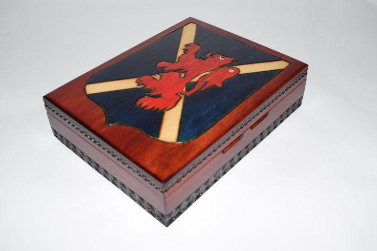Souvenir en bois fait à la main / boîte avec drapeau écossais Motif / boîte avec motif de Lion rouge par WoodenKeepsake sur Etsy https://www.etsy.com/fr/listing/487610383/souvenir-en-bois-fait-a-la-main-boite