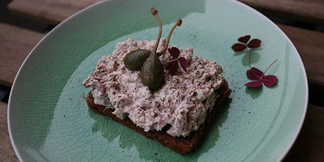 Uhyre simpel tunsalat med en skøn tilføjelse af kapers, der lige giver det sidste pift.