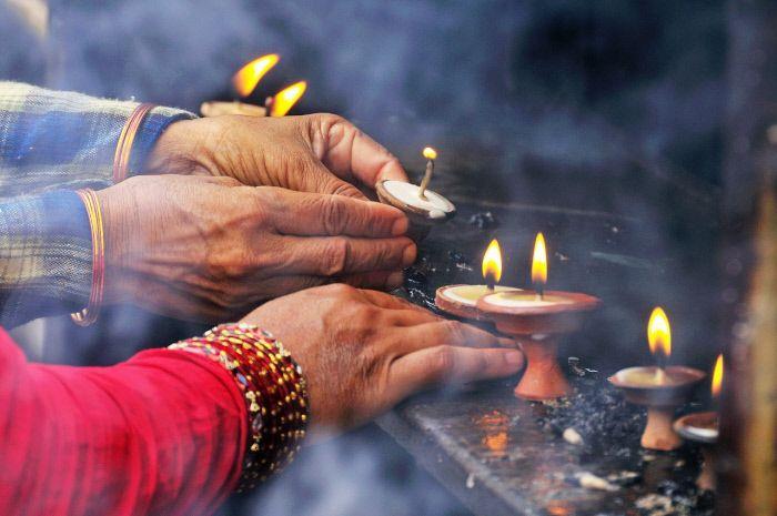 Persone in preghiera al tempio Swayambhunath