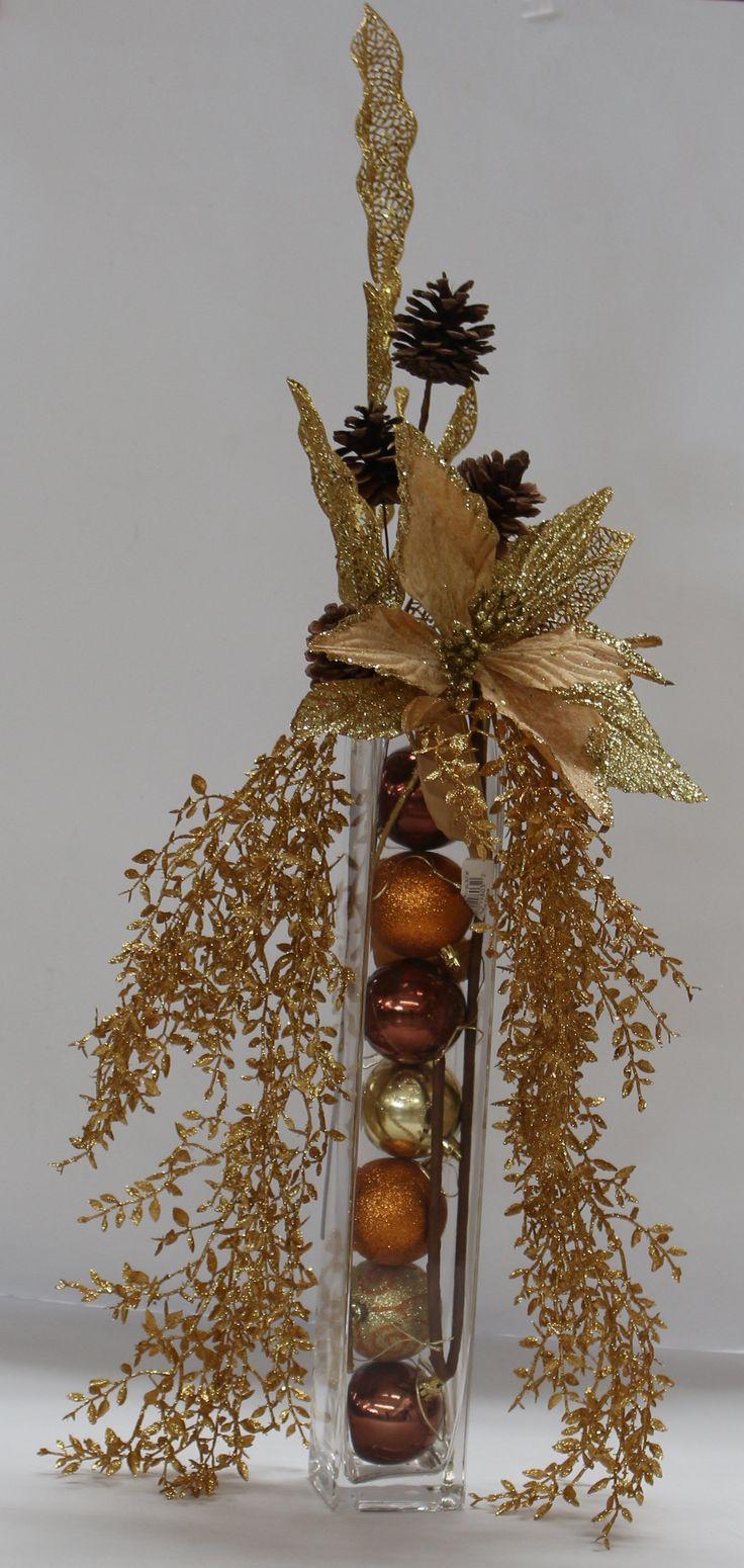 Arreglo navideño con bolas y ramas