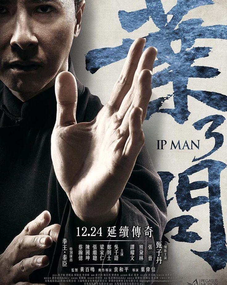 Ip Man 3 izle tek parça Türkçe Dublaj HD | 1950'lerin sonlarında, sakin bir hayat yaşayan Ip Man, oğlunu okuldan almaya gittiği sırada, Cheung Tin-chi isminde, kendi gibi Wing Chun ile ilgilenen bir adamla tanışır. Tesadüfi karşılamaları sonrasında iki baba arasında bir bağ oluşmaya başlar. Bu esnada Sang isimli bir çete lideri mahalledeki mülkleri ele geçirmeye başlar. Ip Man kendi öğrencileri ile mahalleyi koruma görevini üstlenir. Bunun sonucunda da Ip Man ve çete arasındaki sorun…
