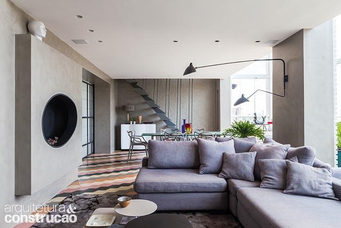 Sextavados, na medida de 20 x 20 cm, os ladrilhos hidráulicos da RochBeton cobrem o chão do living, protegidos por resina e cera. As paredes receberam revestimento acrílico da linha Cimento Queimado (Terracor, ref. 933). (Foto: Lufe Gomes)
