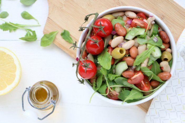 Een makkelijk bijgerecht en puur van smaak. Deze Italiaanse bonensalade met borlotti bonen en cannellini bonen smaakt goed bij vlees of vis.