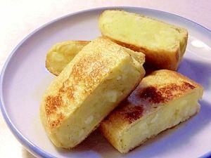 「サクッと焼いてコロッケ風、油揚げのチーズポテト詰め」コロッケの衣には程遠いですが、軽い食感で食べやすいです。【楽天レシピ】