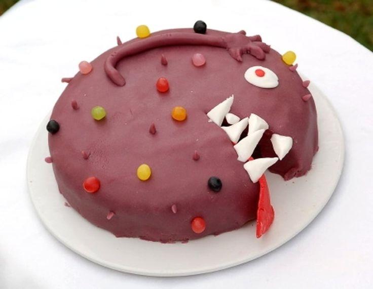 Halloween approchant ou pour l'anniversaire de votre enfant, pourquoi ne pas proposer ce gâteau monstre à votre tablée? Ce gâteau Monstre est assez simple de réalisation et convient très bien aux jeunes enfants. N'hésitez pas à remplacer la pâte d'amande colorée en violet par une autre couleur (bleu, vert, orange...) et modifiez le gâteau de base en faisant par exemple une génoise que vous fourrerez de crème pâtissière ou de mousse au chocolat.