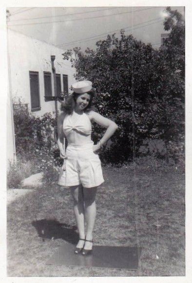 1940s Women's summer fashion. How adorable is she?! #1940s #1940summer #1940sfashion #1940splaysuit