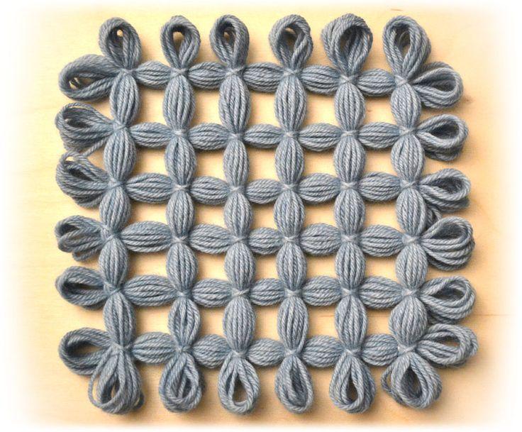 Telaio di Maria Gio: modulo quadrato con anellini liberi e lati uguali.
