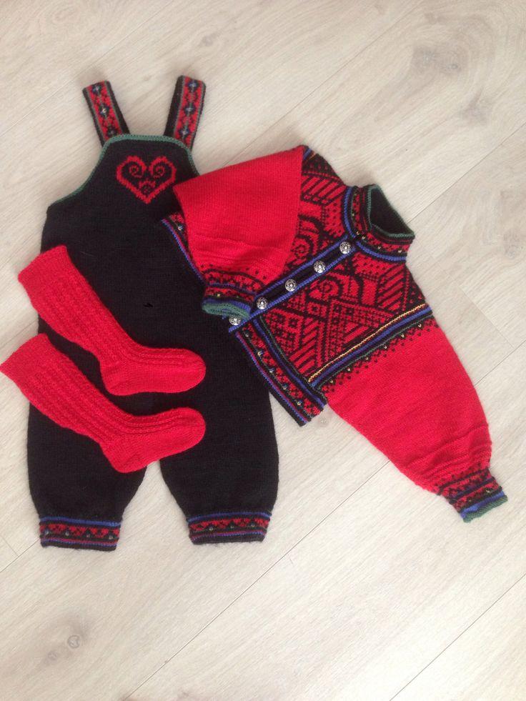 Mod.7 in 'baby festdrakt 21' from Rauma Garn. Yarn: baby panda. Knitted in size one year.