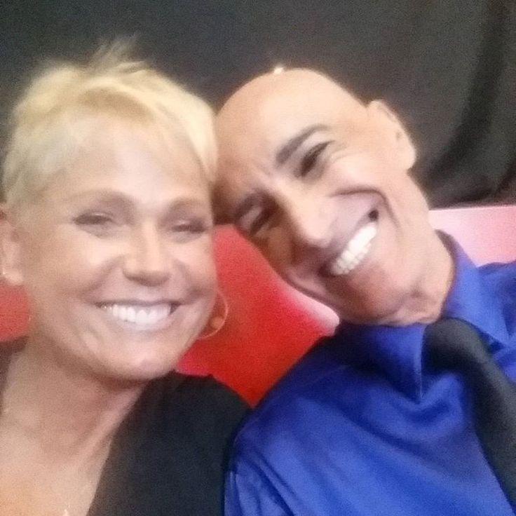 Clique excêntrico! Sem maquigem, Xuxa força sorriso ao lado de Amin Khader