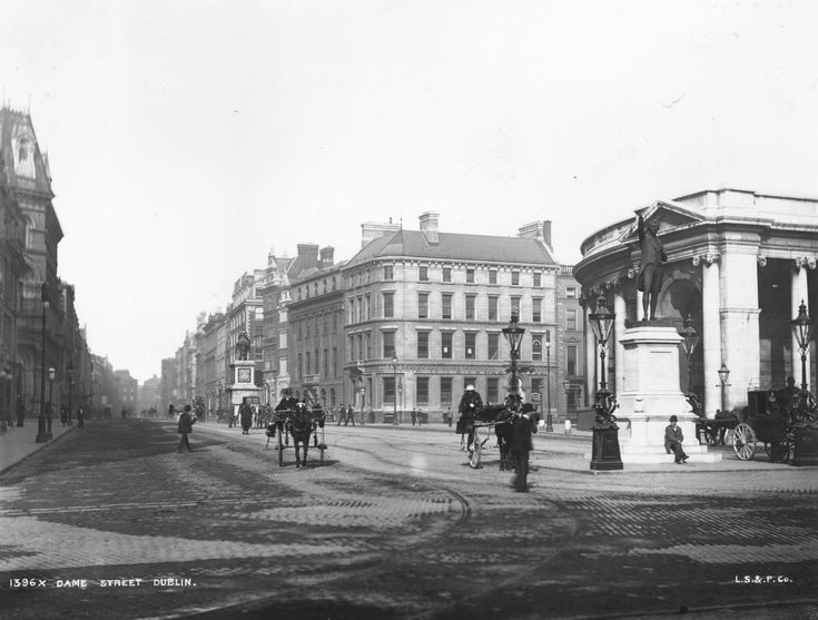 Beautiful black and white photo of the horse drawn carriages in an almost deserted Dame Street 1900 #rebellion16