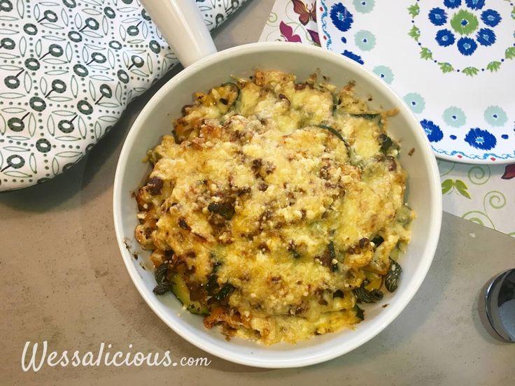 Pasta gegratineerd uit de oven met crème fraîche, cheddar, courgette, paprika en vegetarisch gehakt. Lekker, snel en makkelijk Italiaans recept.