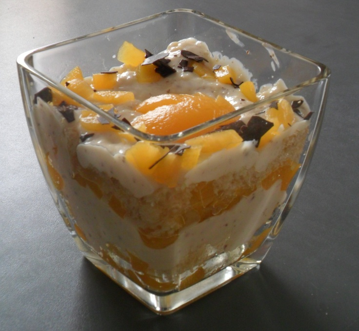 Stacked cream dessert, made of whipped cream, quark, chocolate streusel and peaches | Pfirsich-Triffle