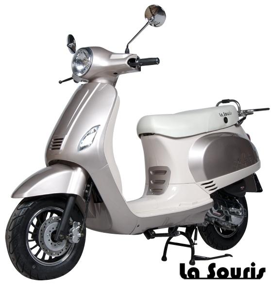 De Vespelini Scooter Champagne / Vanille is voorzien van een halogeen koplamp, geïntegreerde knipperlichten en Led Remlicht. Dit model lijkt veel op de Vespa LX. De scooter wordt geleverd met een gratis chromen bagagerek, t.w.v. € 60,00.