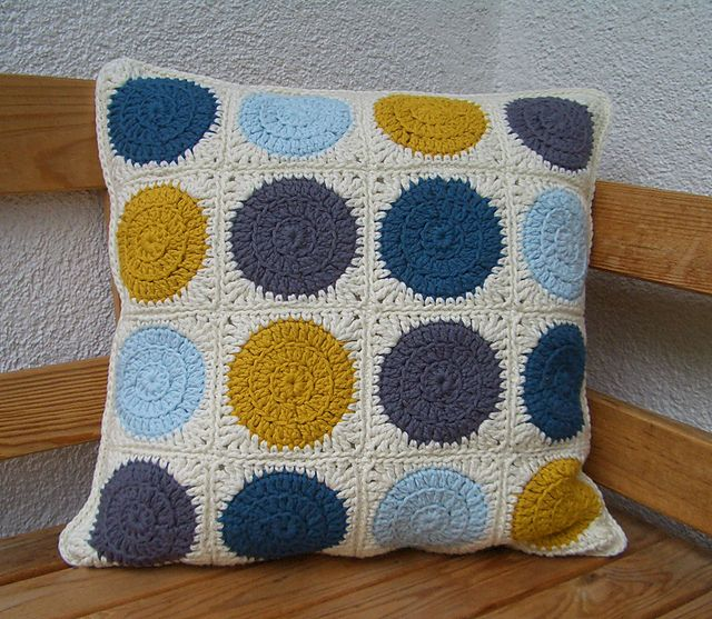 crochet cushion, pattern: Retro Circles Blanket by Three Beans in a Pod Crochet