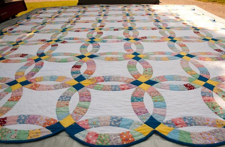 Learn about the double wedding ring quilt's variations and style throughout the years on Craftsy!