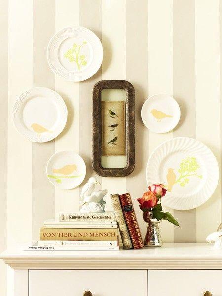 Einfach und eindrucksvoll - so dürfen die Bastelideen im Frühling gerne sein. Ein paar weiße Teller wurden hier zu unserer Leinwand für frühlingshafte Darstellungen.