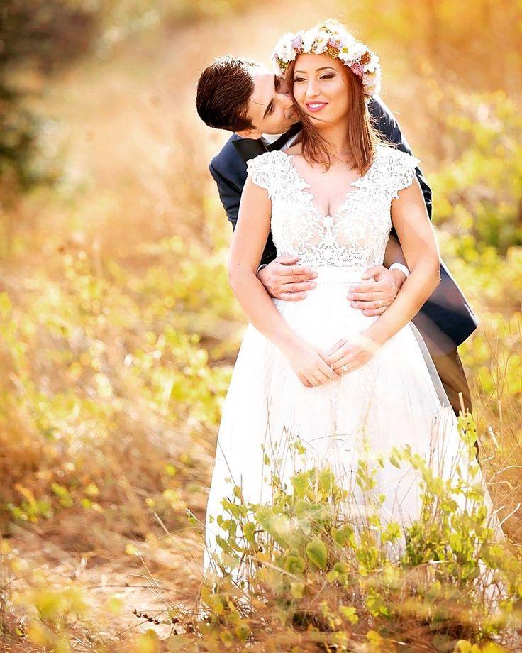Surprise her  #teoriazambetului #ilovemyjob #trashthedress #TTD #love #summer #sunset #sunkissed #romantic #flowercrown #kiss #gentle #surprise