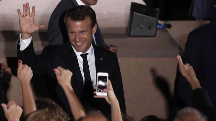 Sur la colline du Pnyx, Emmanuel Macron se livre à une escroquerie majeure  UN DICTATEUR AU SERVICE DES SPONSORS  QUI L'ONT MIS POUR LA DEPOULIER LES PAUVRES FRANCAIS