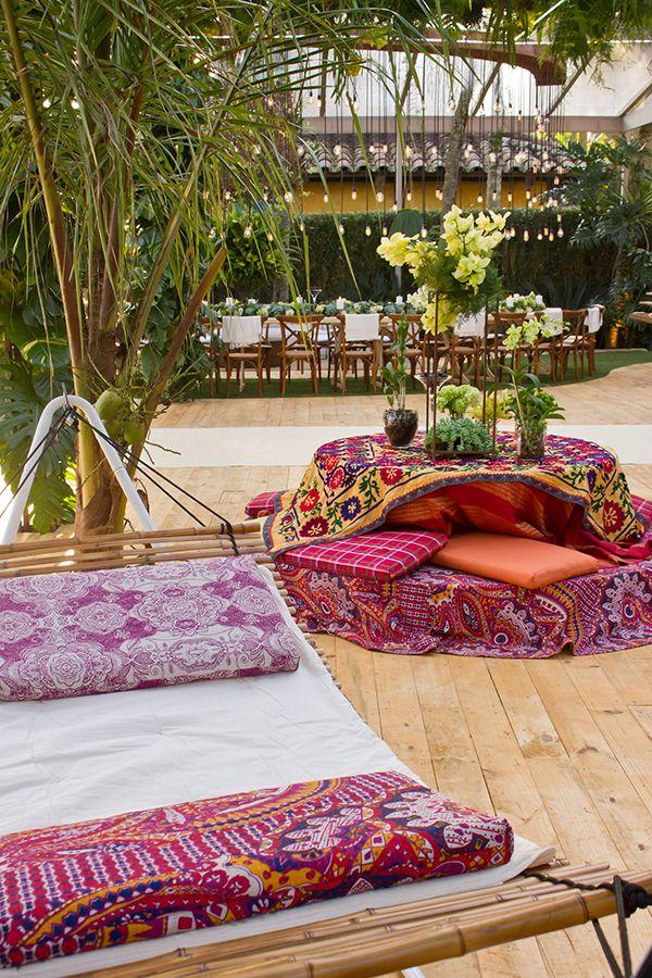 Casamento na praia com decoração moderna com toques boho - estampas vibrantes e arranjos verdes ( Decoração: Flor e Forma )