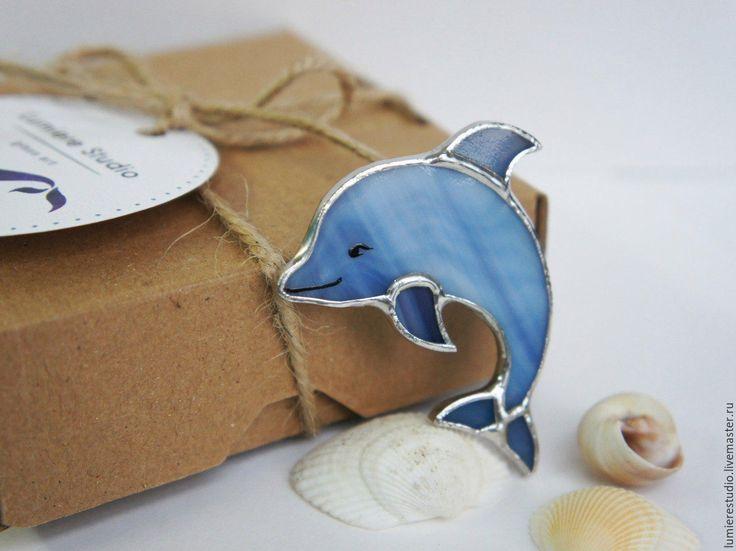 Купить Витражная брошь. Дельфин. Цветное стекло. Техника Тиффани - синий, дельфин, морская брошь