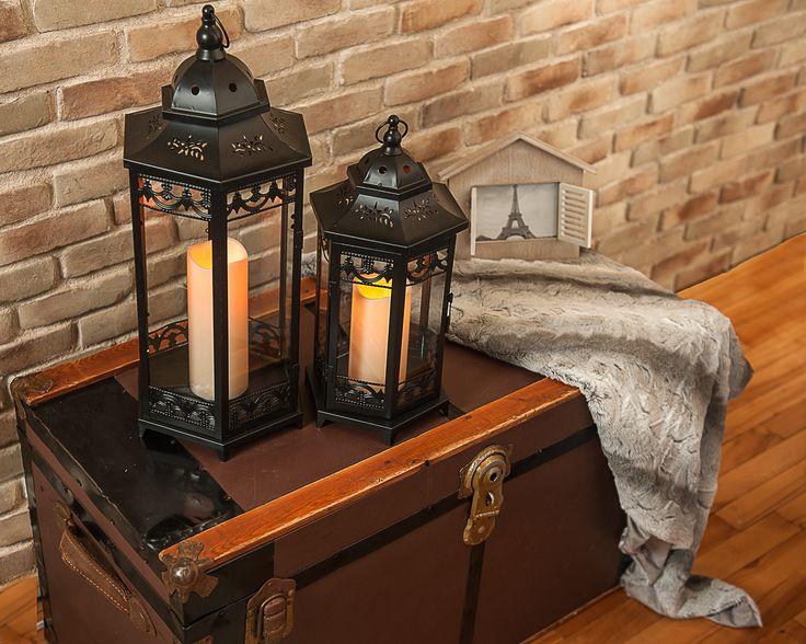 Lanterne noire (grande): 44,95$ Lanterne noire (petite):34,95$ Jeté: 29,95$ Cadre photo 10,95$
