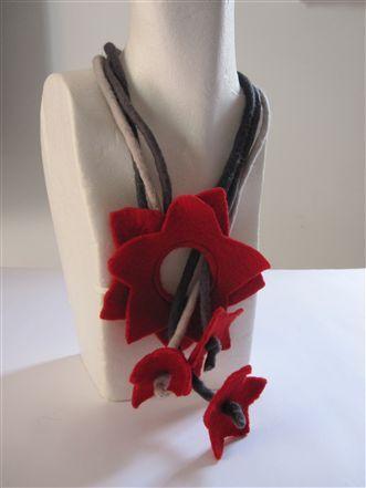 collana rossa in feltro