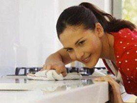 На заметку: для мытья посуды удобны губки с выемками для пальцев. Они защитят ваши ногти от соприкосновения с посудой. Губка из целлюлозы подойдет для людей, страдающих аллергией. Она быстро высыхает и в ней не будут размножаться микро-организмы.
