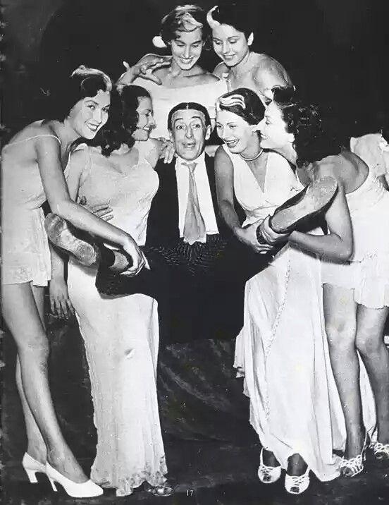 """Totò sul set del film """"Le sei mogli di Barbablù"""". Accanto a Totò una giovanissima Sophia Loren accreditata come Sofia Lazzaro (una delle mogli di Barbablù)"""