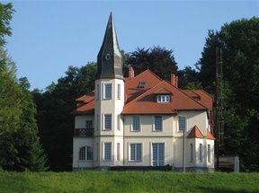 Chodzież - Pałacyk myśliwski Karczewnik. Atrakcje turystyczne Chodzieży. Ciekawe miejsca Chodzieży