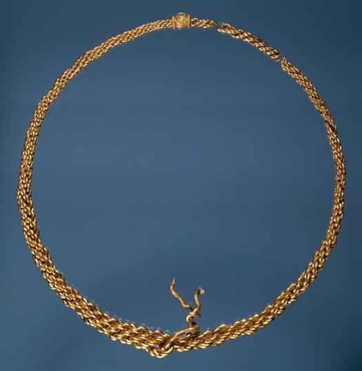Hvem var stormanden på Tissø-gården? - 1977 blev denne 1,8 kg tunge halsring af guld fundet ved markarbejde på Kalmergården vest for Tissø - den sad fast på såmaskinen. Den er fremstillet i det 10. årh. e.Kr. og er ca. 30 cm i diameter. For guldet kunne man købe 500 stykker kvæg i vikingetiden. De arkæologiske undersøgelser har afsløret, at guldringen nok har tilhørt den rige viking, som ejede storgården ved Tissø. Hvordan den er endt i jorden, ved vi ikke - som offer eller hengemt skat.