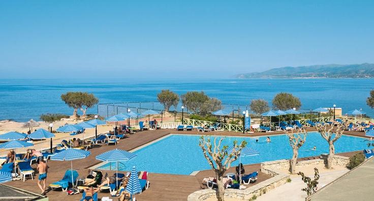 Aquis Silva Beach is een zeer bekend en geliefd hotel dat zeer centraal is gelegen ten opzichte van het gezellige centrum van Chersonissos en het strand. Het populaire hotel heeft meerdere zwembaden en een wellnesscenter waar u zichzelf heerlijk kunt laten verwennen met o.a. massages. Dit adult only hotel is een absolute aanrader voor een ontspannen verblijf. Iedereen die van een heerlijk verzorgde (strand)vakantie wil genieten zal zich hier zeker thuis voelen. Officiële categorie B