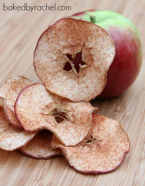 chips-maca-canela Eu acho maçã a coisa mais gostosa de comer, ainda mais assim, crocante! São chips com canela que ficariam lindos em uma mesinha de chá.