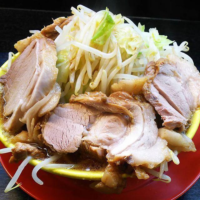 イエロー📖ボリュームが…新潟県民なら例えやすい、みかづきのイタリアンみたいな麺(太麺)😗仕事後で腹ぺこだったが、お腹いっぱい💥💥💥 #イエロー #ラーメン #らーめん  #もやし  #きゃべつ #肉 #ボリューム #お腹いっぱい #新潟 #新潟市西区 #🍜
