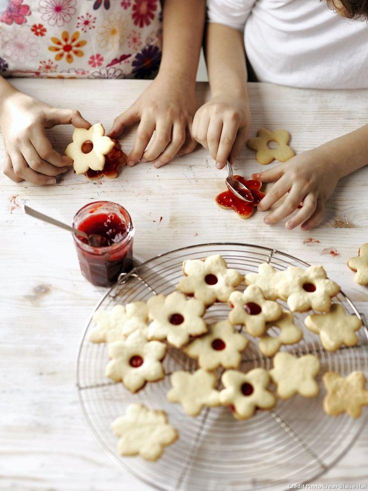 Petites fleurs à la confiture - Confiture, pâte à tartiner choco-noisettes ou pâte de spéculoos... Choisissez le bon coeur et mangez rapidement ces biscuits pour préserver leur croquant.