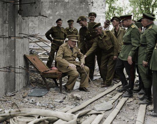 Winston Churchill toma asiento en la silla de Hitler, Berlín 1945